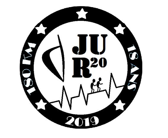 Logo du défi représentant Un cercle noir avec les inscriptions 180 km/18 ans/2019 et 5 étoiles. À l'intérieur, une Corse est représentée ainsi que 2 petits personnages se tenant et qui gravissent les montagne. JU R20 y est inscrit.